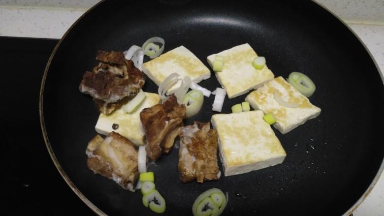 豆腐排骨炒白菜,放入炖排骨。