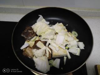 豆腐排骨炒白菜,放入白菜。