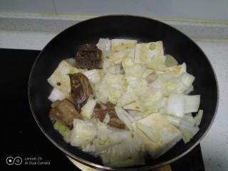 豆腐排骨炒白菜,翻炒均匀。