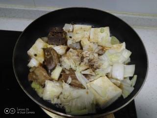 豆腐排骨炒白菜,白菜炒至断生,加入上述调料。