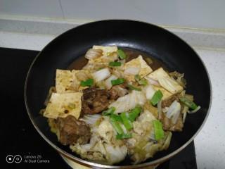 豆腐排骨炒白菜,撒入绿葱碎。