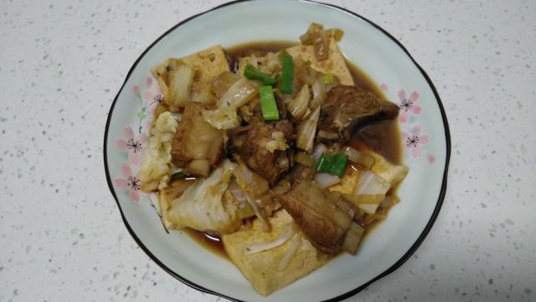 豆腐排骨炒白菜,盛入盘中。