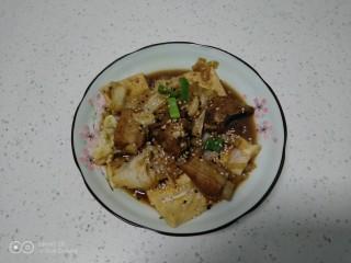 豆腐排骨炒白菜,撒入芝麻点缀。