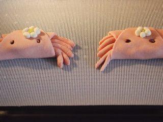 花样小螃蟹馒头,把做好的小螃蟹进行二发,待面团发至原来的1.5倍大的时候。