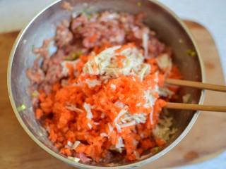 酸汤馄饨,金针菇和胡萝卜丝用沸水烫一下,攥干水分切碎,放入猪肉末中,拌匀