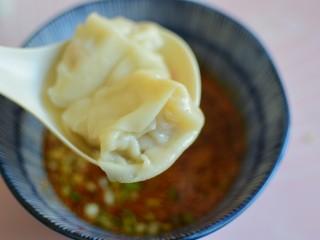 酸汤馄饨,把煮熟的馄饨放入碗中即可