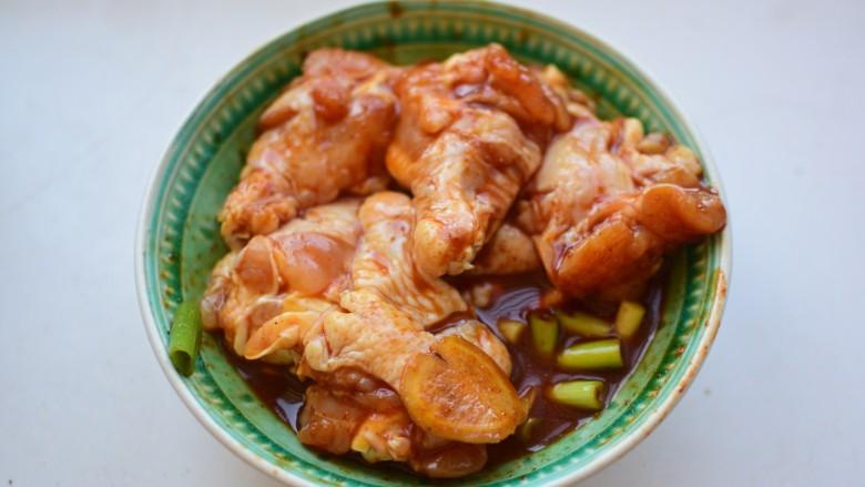 烤鸡翅根,抓匀腌制30分钟