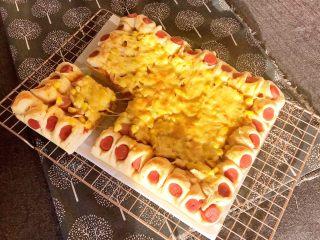 香肠苹果披萨,把香肠苹果披萨切开就可以吃了~