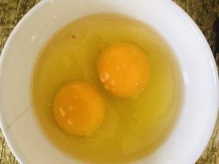 蒜苔西红柿炒面,把<a style='color:red;display:inline-block;' href='/shicai/ 9/'>鸡蛋</a>打散,放入一点盐,备用。