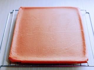 红丝绒草莓奶油蛋糕卷~下午茶必备甜品,取出烤盘趁热将油纸撕掉,放烤网了晾至有余温。