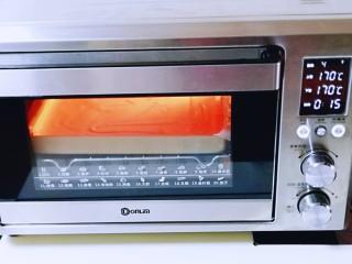 红丝绒草莓奶油蛋糕卷~下午茶必备甜品,将烤盘入东菱烤箱中层,上下管170度烤15分钟。(时间及温度仅供参考,具体根据自家烤箱性能另定)