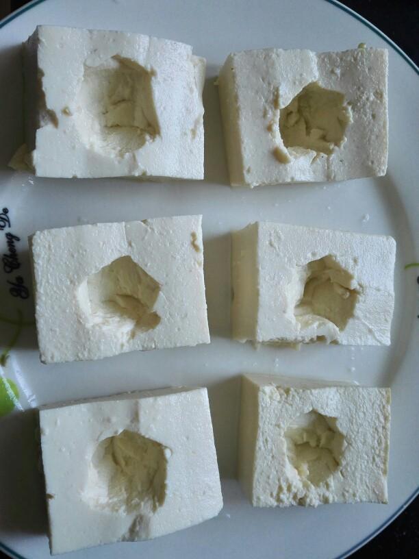 茄汁豆腐酿肉,将每块豆腐中间抠个洞