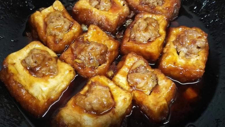 茄汁豆腐酿肉,等汁收干酿豆腐入味即可出锅