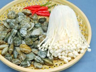 烤箱版【金针菇蒜香烤花蛤】,准首先要挑选新鲜的活蛤蜊,最好是一个个挑,挑那些伸出小舌头的小家伙们。
