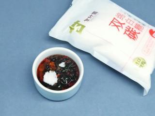 烤箱版【金针菇蒜香烤花蛤】,最后加10的甘汁园绵白糖,用筷子把料汁拌均匀。