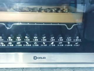 烤箱版【金针菇蒜香烤花蛤】,东菱烤箱提前预热,烤盘放中层,按烤生蚝键,230度烤10分钟即可。