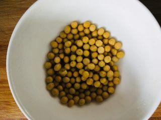 红烧猪蹄,黄豆清洗干净备用