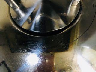 红烧猪蹄,盖上锅盖转中火炖煮1个半小时