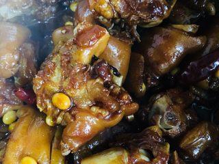 红烧猪蹄,拌匀后开大火收汁后即可出锅