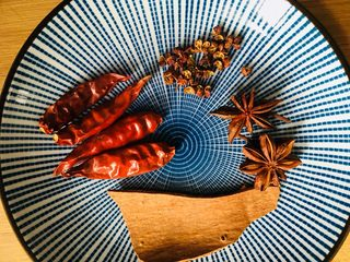 红烧猪蹄,准备花椒、八角、桂皮和红干辣椒