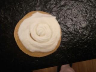 新手奶油小西饼——少油少糖,挤上奶油。打30克奶油就行。