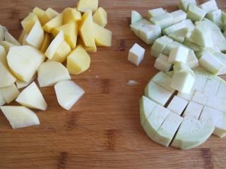 新文美食  张家口特色美食 莜面条,张家口特色不能少了土豆熬茄子,土豆去皮切块,茄子切块。