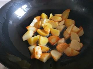 新文美食  张家口特色美食 莜面条,锅中倒入适量油,倒入土豆煎制金黄。