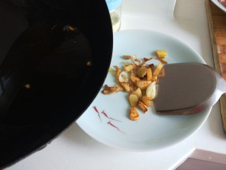 新文美食  张家口特色美食 莜面条,把葱姜蒜铲出来,留底油。