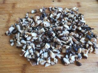 新文美食  张家口特色美食 莜面条,在切成小丁。