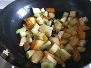 新文美食  张家口特色美食 莜面条,倒入茄子煎制。