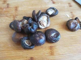 新文美食  张家口特色美食 莜面条,吃莜面不能少了香菇肉末汤,香菇泡好切成丝。