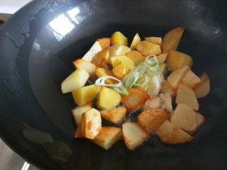 新文美食  张家口特色美食 莜面条,加入葱花炒香。