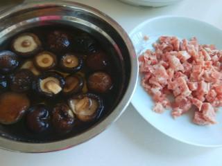 新文美食  张家口特色美食 莜面条,香菇洗干净在用开水泡两个小时,猪肉馅250克。