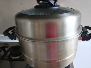 新文美食  张家口特色美食 莜面条,先烧开水,然后在放莜面条,锅开蒸7分钟即可关火。