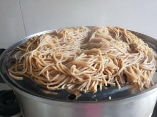 新文美食  张家口特色美食 莜面条,蒸好的莜面条倒入盆中。