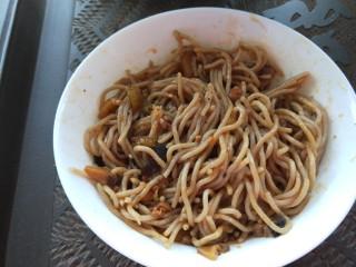 新文美食  张家口特色美食 莜面条,把莜面放入香菇汤搅拌均匀即可食用。