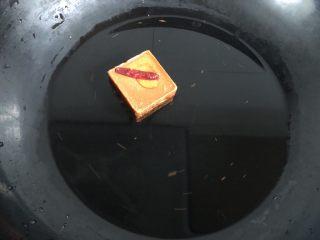 一人食简便火锅,预热焖烧罐的时候我们来煮火锅底料,一块红小方加400g水。