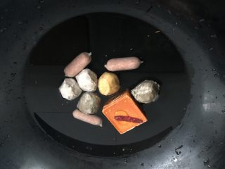 一人食简便火锅,怕丸子焖不熟,就煮底料的时候把丸子也放进去煮一煮。煮开了,红小方都化开来了就可以了!