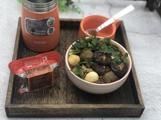 一人食简便火锅,打开盖子,倒入碗里,加上香菜,来吃吧!