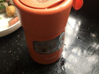一人食简便火锅,倒入开水,盖上盖子预热五分钟。(这一步很关键,焖烧罐一定要把食材和杯子预热。)