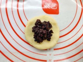 香甜可口的紫米华夫饼,用手压平,包上紫米馅。
