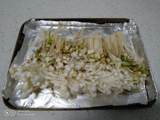 烤金针菇,放上蒜末。