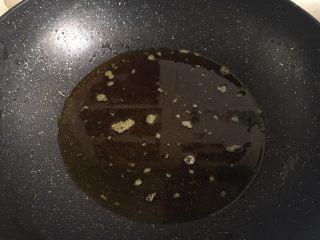 地三鲜,锅内倒油加热