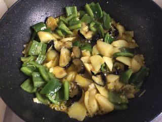 地三鲜,加入土豆、茄子、青椒拌炒