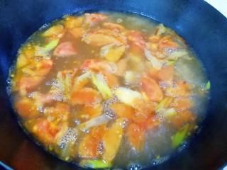番茄芝士浓汤火锅,加入开水大火烧开,转中火煮至汤汁变浓。