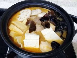 番茄芝士浓汤火锅,下入豆腐、豆腐皮、莲藕和木耳煮3分钟左右。