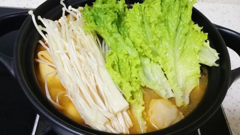 番茄芝士浓汤火锅,下入生菜和金针菇煮熟即可。
