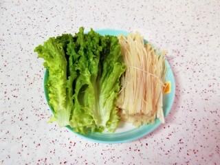 番茄芝士浓汤火锅,生菜金针菇洗干净装盘。