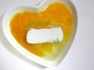 喜庆又好吃的黄金芋头酥,再裹上一层蛋液。