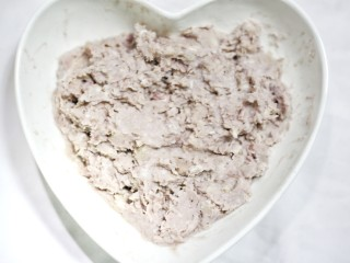 喜庆又好吃的黄金芋头酥,将蒸至软熟的芋头放到大碗里,趁热用饭勺压成泥
